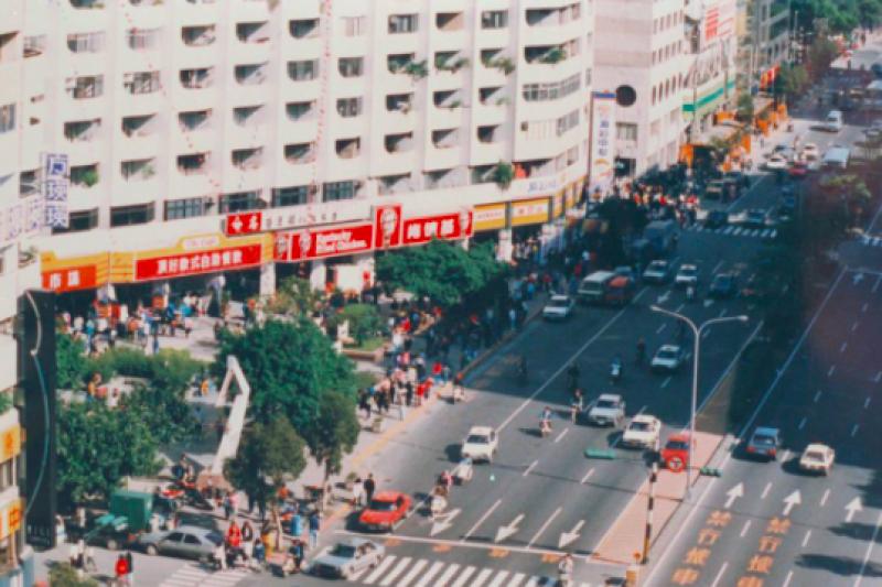 網紅張哲生2日在臉書上以一張1987年全台首家「頂好超級市場」老照片,引發熱議。(取自張哲生臉書)