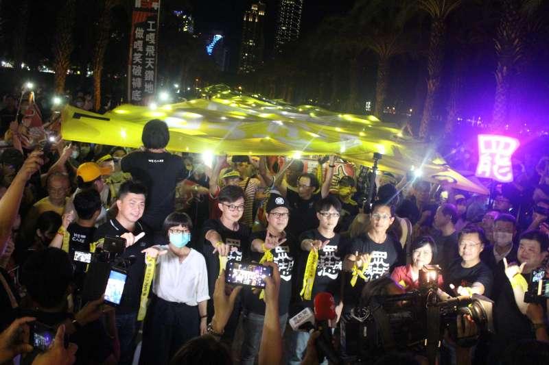 20200602-高雄市長韓國瑜罷免案將於本周六投票,罷韓團體2日晚上在凹子底公園內設置定點地景藝術。(黃信維攝)