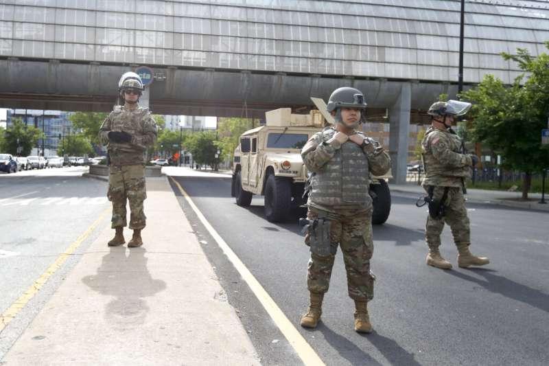 伊利諾伊州的國民警衛隊在芝加哥街頭引導民眾。(美聯社)