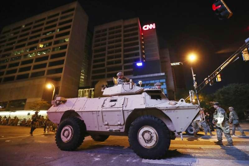 軍方的悍馬車封鎖了華盛頓市中心K街的一個十字路口。(美聯社)