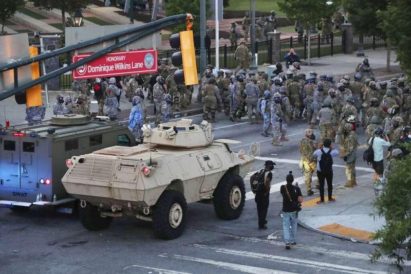 在喬治・佛洛伊德逝世後第六天,喬治亞州的國民警衛隊沿著百年奧林匹克公園大道驅散抗議者。(美聯社)