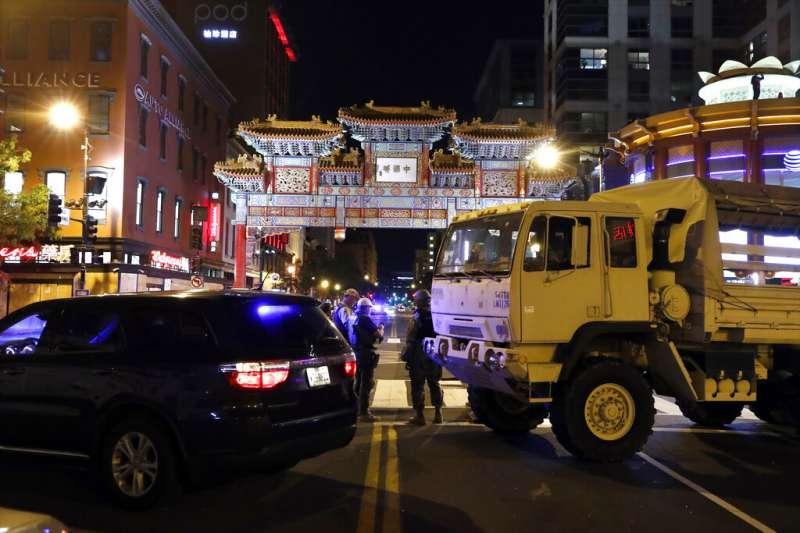 示威者對喬治・弗洛伊德之死憤怒抗議,軍方悍馬車封鎖了華盛頓市區唐人街的一個十字路口。(美聯社)