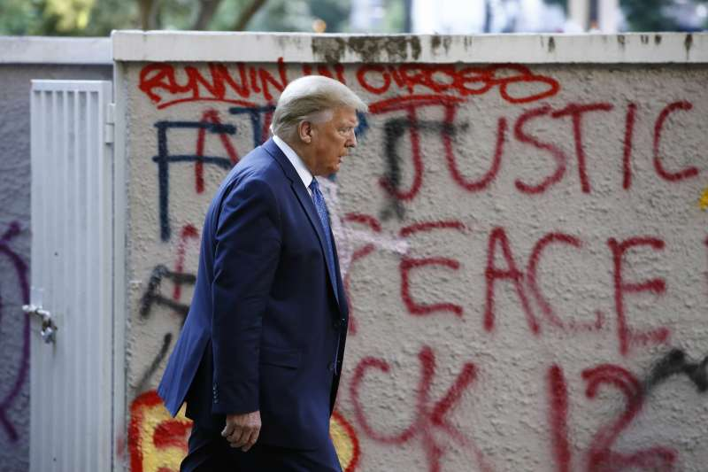 美國總統川普前往聖約翰教堂,經過的牆上塗鴉寫著「正義」和「和平」(AP)