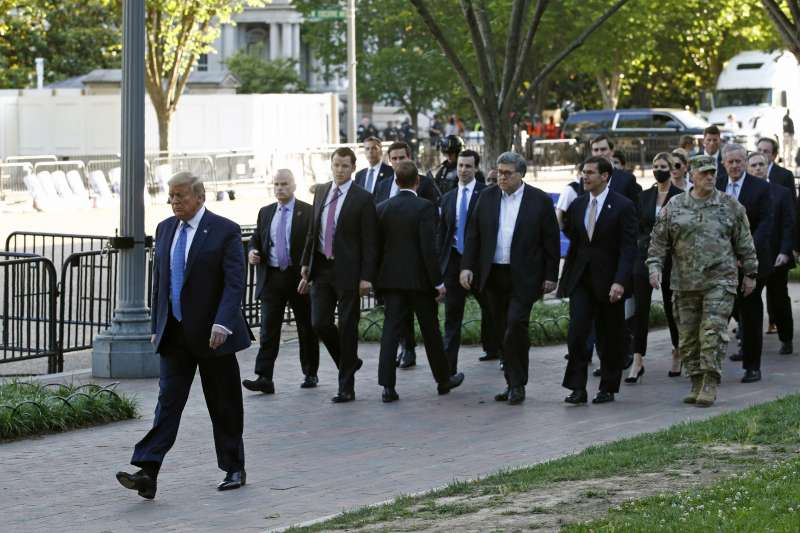 美國總統川普前往聖約翰教堂(AP)