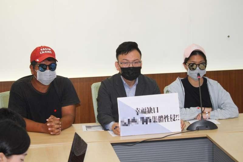 20200603-立委鄭正鈐(中)偕同性侵被害人家屬召開「虎林棒球隊集體性侵」記者會。(蔡親傑攝)