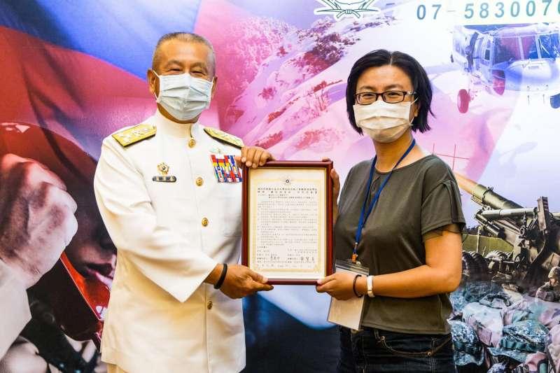 海軍上將蒲澤春(左)預計下周將前往義守大學領取博士學位,成為國軍少有的博士上將。(資料照,軍聞社提供)