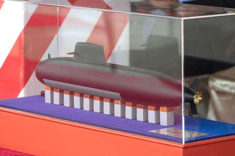 台船展示的潛艦國造模型,外觀和設計幾與劍龍級潛艦如出一轍。(總統府提供)