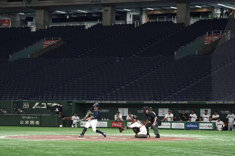 讀賣巨人隊與養樂多燕子在東京巨蛋進行熱身賽,由於新冠疫情,觀眾席空無一人。(美聯社)