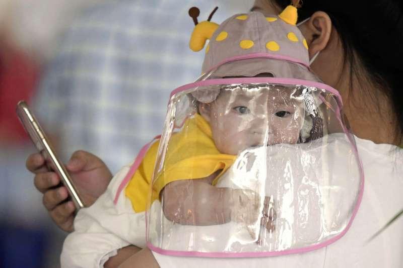中國日前爆出疑似因使用嬰兒抑菌霜導致「大頭娃娃」事件(資料照,AP)