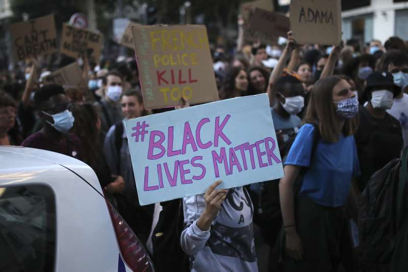 美國反種族歧視示威潮延燒,法國也掀起示威。圖為法國民眾舉著「黑人的命也是命」標語。(AP)