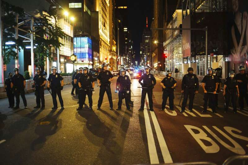 紐約警察5月31日川普大廈外的第五大道上排成一線,阻擋抗議者繼續前進。(美聯社)