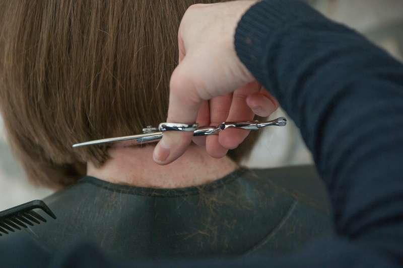 髮型設計師之間收入的差異,在於「客戶開發」。(示意圖,取自pixabay)