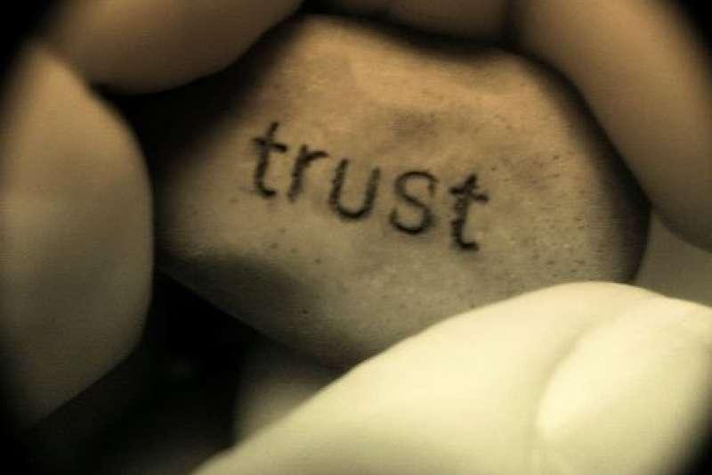 信任是人與人之間的基礎,有了信任,聆聽才會更有效果。(圖:flickr)