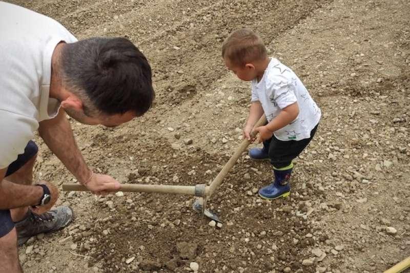 與兒子浮生半日閒的農家樂 (Stefano Bartolini提供)