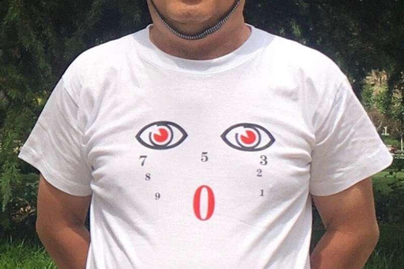 一名河北的設計師設計了一款寫滿數字卻獨缺 6 和 4 兩個數字的T恤,這名設計師被公安帶走問話。(圖/取自王清鵬推特)