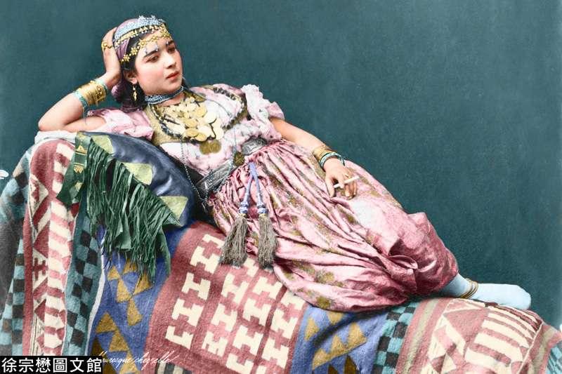 1870年代,一名阿爾及利亞摩爾女子肖像,穿戴著光鮮亮麗的傳統服飾。(圖/徐宗懋圖文館提供)