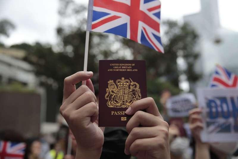 英國政府宣佈將於2021年1月正式開放約300萬持有英國BNO護照的香港公民申請入境簽證。(美聯社)
