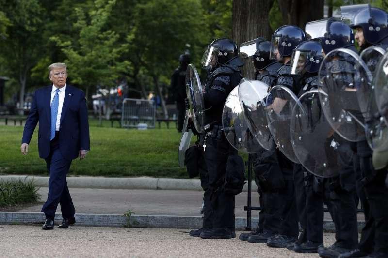 2020年6月1日,川普在軍警保護下前往聖約翰教堂。(美聯社)
