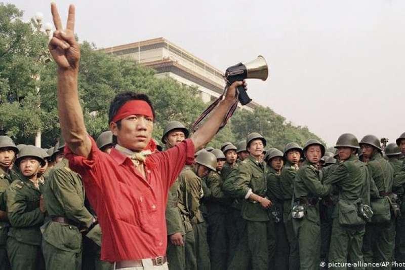 31年前的六四學運中的一大訴求是期望能在中國推動民主化。這是89年6月3日的人民大會堂旁(德國之聲中文網)