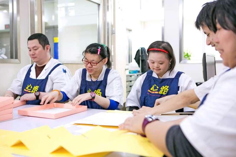 心路基金會慈泰庇護工場員工工作情形。(圖/新北市勞工局提供)