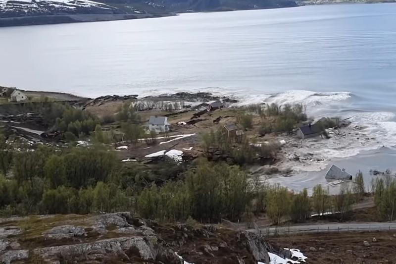 挪威北部一座城市發生宛如災難電影般的大規模滑坡,一整塊沿海陸地連同地面上的8間房屋都跟著沒入海中。(圖/翻攝自Guardian News)
