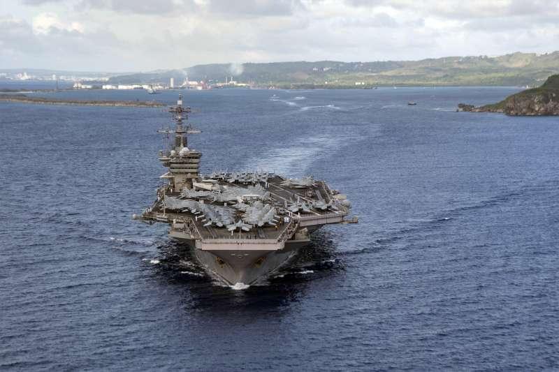 美軍核動力航母「羅斯福號」因爆出群聚感染被迫休息,如今已重返菲律賓海。(AP)