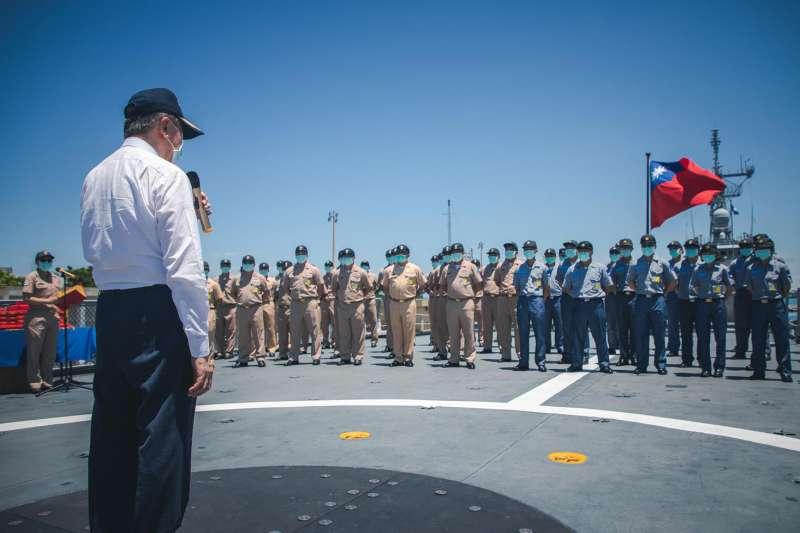 中華民國軍人之友社理事長李棟樑4日率團前往海軍「康定艦」實施慰問。(取自青年日報)