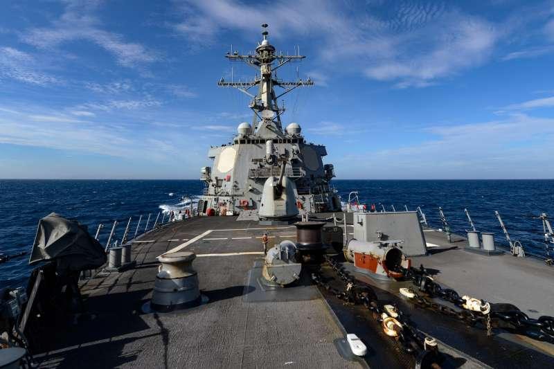 美國海軍第七艦隊驅逐艦拉塞爾號(USS Russel)日前通過南海主權爭議海域。(取自U.S. 7th Fleet臉書)