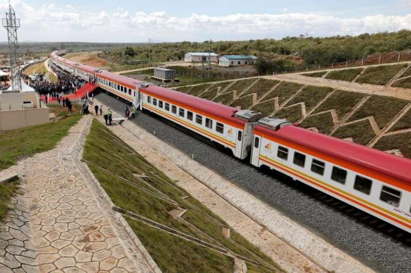 2019年10月16日中國公路橋樑總公司在肯亞建造的標準軌距鐵路線。(美國之音)