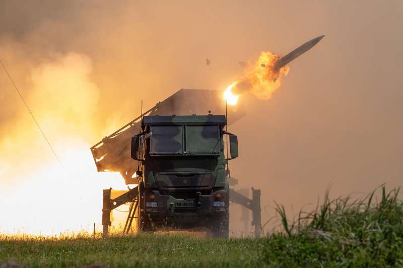 在建軍規劃、兵力整建部分,國防部長邱國正表示,年度軍事投資將重點放在遠程打擊、制海空作戰等。圖為雷霆2000多管火箭系統。(資料照,取自青年日報)
