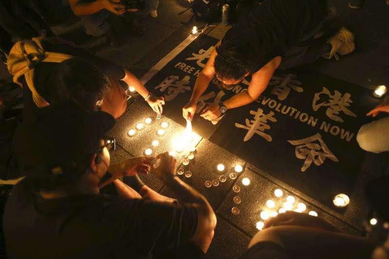 2020年6月4日,台北民眾在中正紀念堂的自由廣場上悼念六四天安門事件31週年。(美聯社)