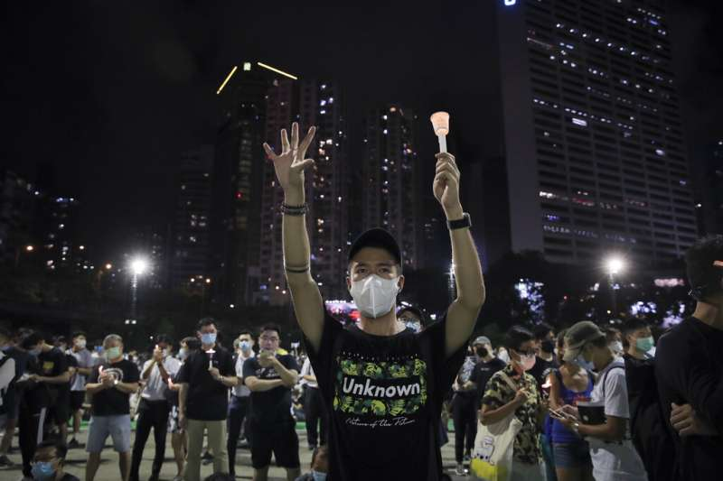 2020年6月4日,香港民眾在銅鑼灣維多利亞公園悼念六四天安門事件31週年。(美聯社)