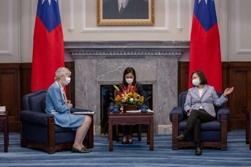 總統蔡英文(右)5日上午接見英國在台辦事處代表唐凱琳(Catherine Nettleton)(左)。(總統府flickr提供)