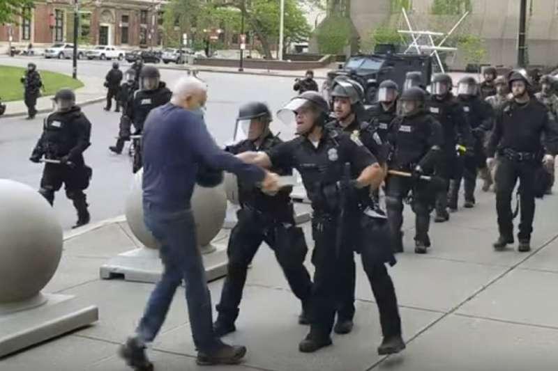 6月4日晚間,美國警察機動部隊在水牛城(Buffalo)執行清場,75歲老翁古吉諾(Martin Gugino)遭重推在地。(AP)