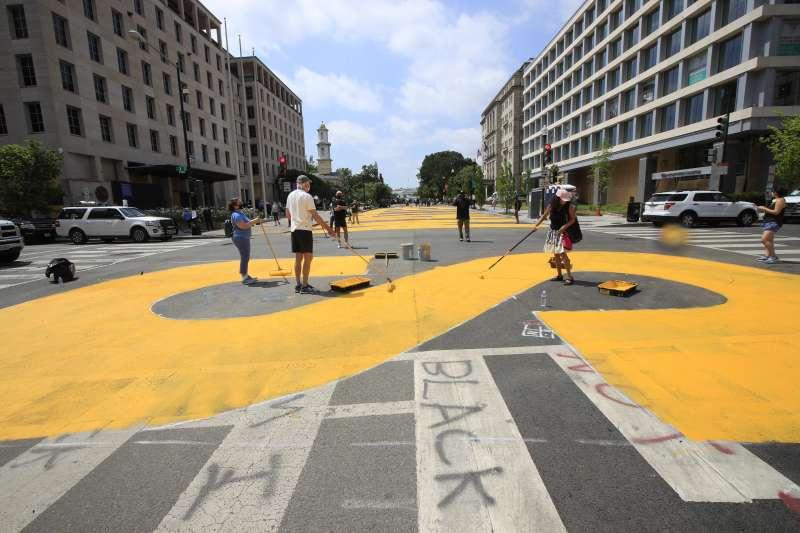 5日,藝術家與市府人員在白宮外的道路以鮮黃色油漆塗上文字「黑人的命也是命」(美聯社)