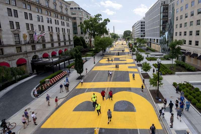5日,白宮外頭的道路被塗上醒目的黃色大字「黑人的命也是命」(美聯社)