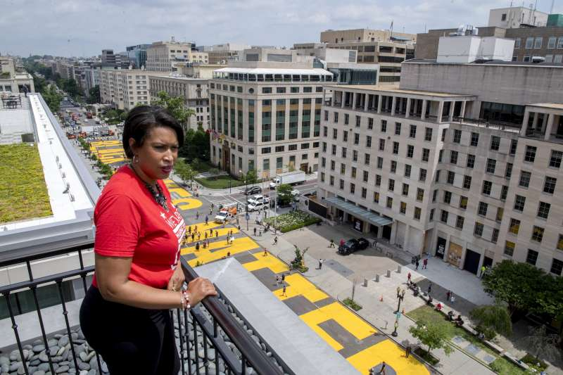 5日,美國首都華盛頓市長包瑟爾看著白宮外路面被塗上醒目的黃色大字「黑人的命也是命」(美聯社)