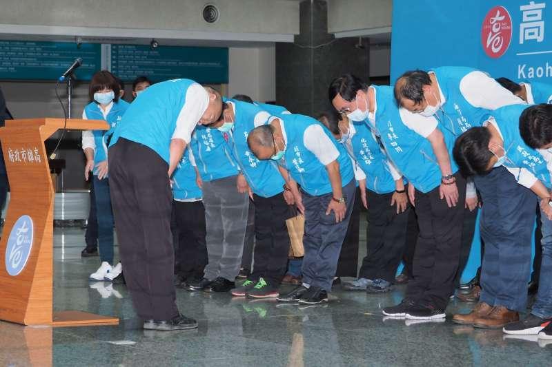 高雄市長韓國瑜罷免案通過法定罷免門檻,韓國瑜鞠躬向市府團隊表達感謝。(林瑞慶攝)