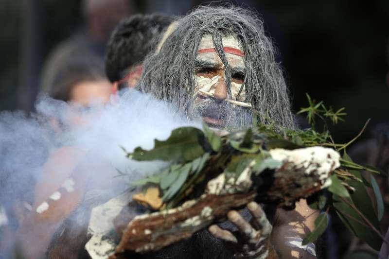 2020年6月6日,澳洲原住民在抗議種族歧視的示威遊行中舉行儀式(AP)