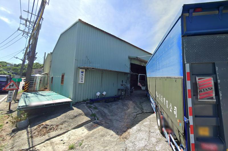 紙風車劇團「風之藝術」工作室6日凌晨慘遭祝融。新北市政府表示,該工作室屬違建,但若未來要原地重建,市府也將強制拆除。(取自GOOGLE MAPS)