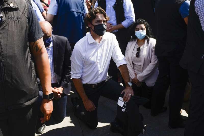 2020年6月5日,加拿大總理杜魯道(Justin Trudeau)參加首都渥太華的反種族歧視、警察暴力示威遊行,並單膝跪地(AP)