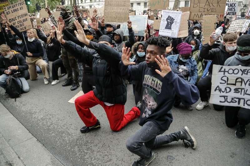 佛洛伊德案:全球反種族主義示威,英國倫敦示威者單膝下跪哀悼(AP)