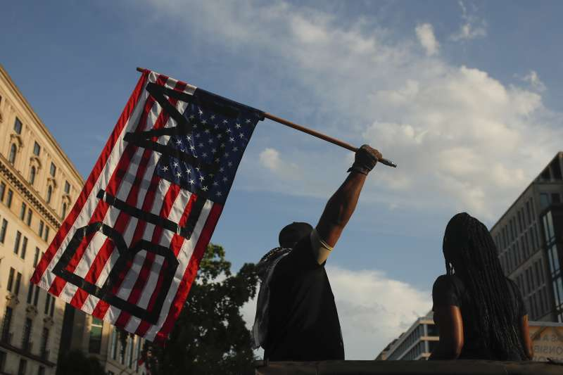 佛洛伊德案:全美反種族主義示威,華府民眾高舉的美國國旗上寫的「黑人的命也是命」標語(AP)