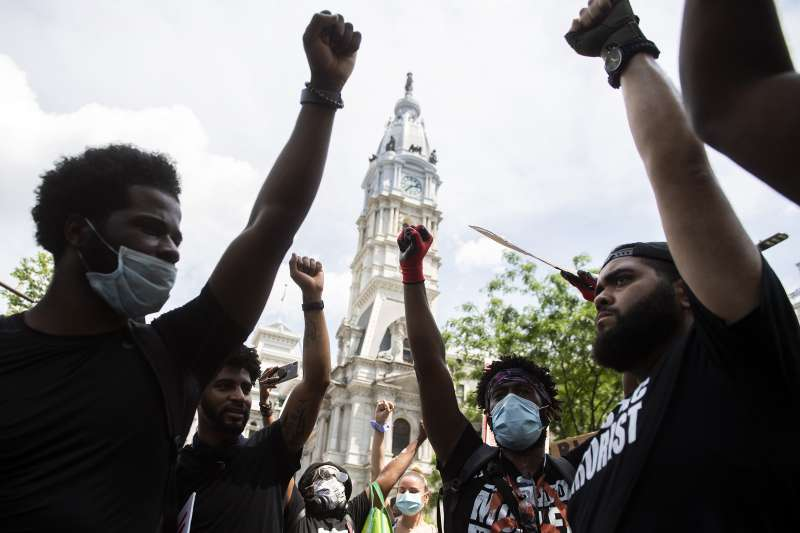 佛洛伊德案:全美反種族主義示威,費城民眾示威。(AP)