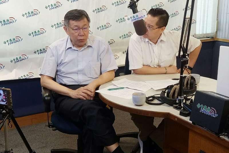 民眾黨主席柯文哲(左)7日上午在台中廣播接受莊子富訪問。(民眾黨提供)