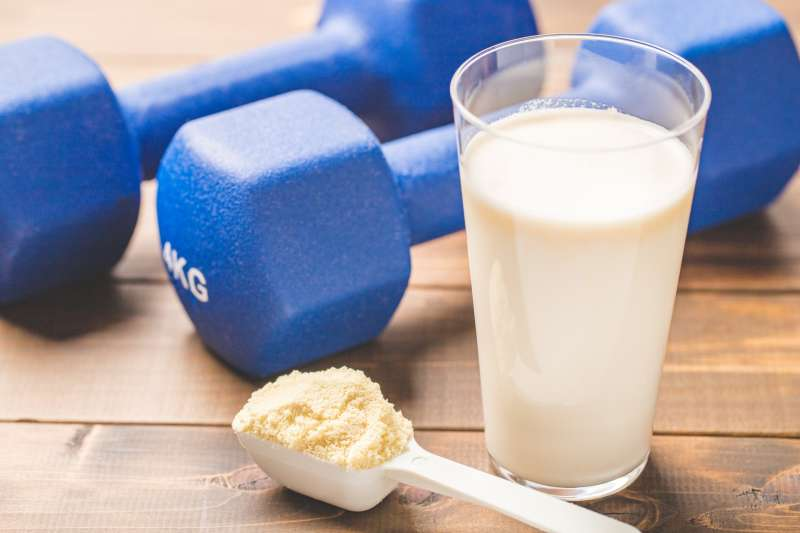 不要把蛋白粉補給品當成主要的,甚至唯一的蛋白質來源。最好盡量從不同來源,像是魚類、奶類、豆類、白肉等補充蛋白質。(示意圖/gaimu@photoAC)
