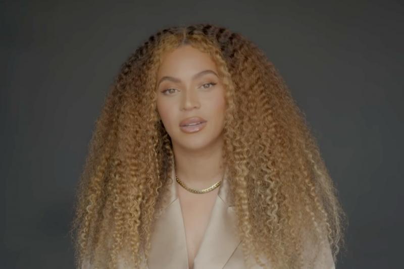 美國流行樂天后碧昂絲(Beyonce)7日透過網路對今年應屆畢業生發表一段振奮人心的演說,不僅提到「黑人的命也是命」運動,也肯定那些勇於創造改變的人。(圖/YouTube Originals@youtube)