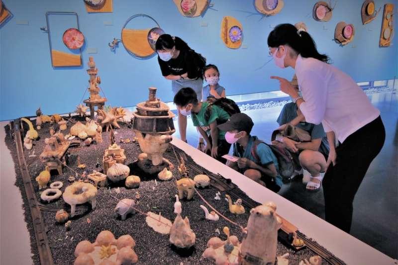 鶯歌陶瓷博物館「亞熱帶花園︰彩繪陶瓷展」展至今年9月20日,民眾分享自己天馬行空想像小島的故事,就能獲得阿咧插畫明信片。(圖/新北市鶯歌陶瓷博物館提供)