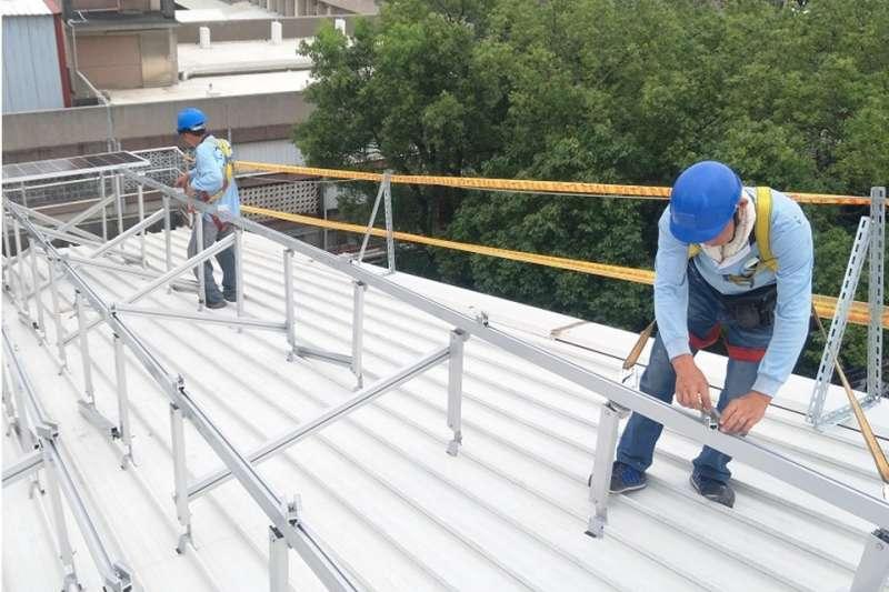 屋定修繕易發生「踏穿」等墜落意外,中市勞工局提醒雇主作好相關安全防護設施。(圖/台中市政府提供)