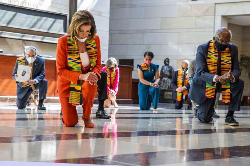 美國民主黨國會議員披著肯特布,單膝跪地哀悼佛洛伊德(AP)